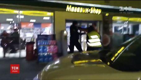 В Интернете появилось видео драки между водителем и полицейскими на заправке на Волыни
