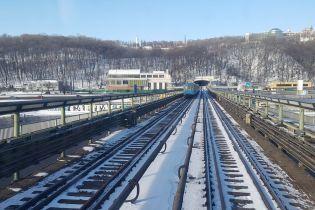 У Київському метрополітені пояснили, чому в годину пік призупиняли рух поїздів