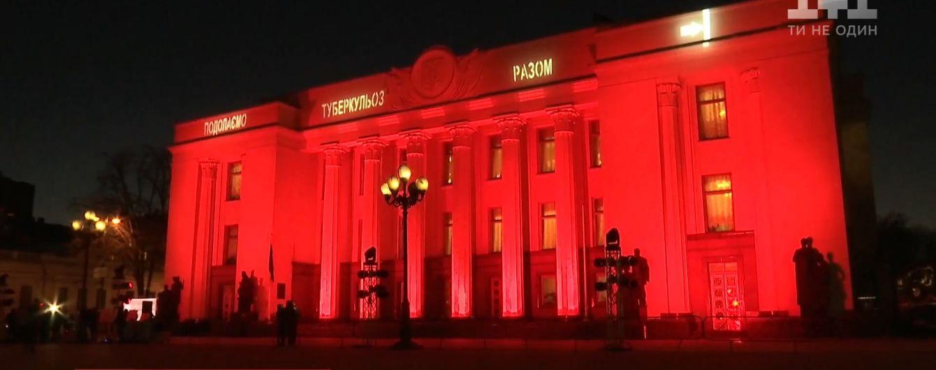 """Здание Верховной Рады """"покрасилось"""" в красный"""