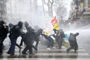 Розтрощені вітрини, сльозогінний газ й скасовані рейси: Франція страйкує через реформи Макрона