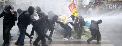 Разбитые витрины, слезоточивый газ и отменены рейсы: Франция бастует из-за реформы Макрона