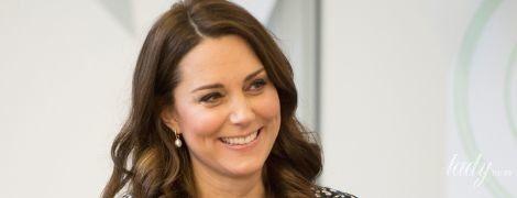 В фартуке и с улыбкой: герцогиня Кембриджская посетила последнее мероприятие перед родами