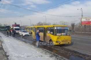 У Києві маршрутка на зупинці в'їхала в тролейбус