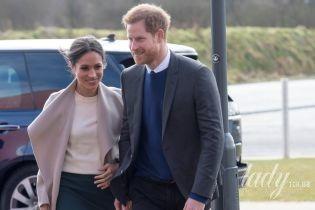 В стильном пальто и джемпере от Victoria Beckham: элегантная Меган Маркл вместе с принцем Гарри прибыли в Ирландию
