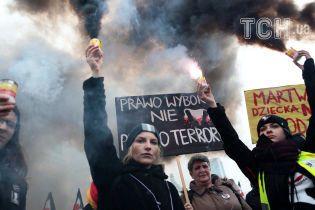 В Польше женщины в черной одежде и с файерами вышли протестовать против новых ограничений на аборты