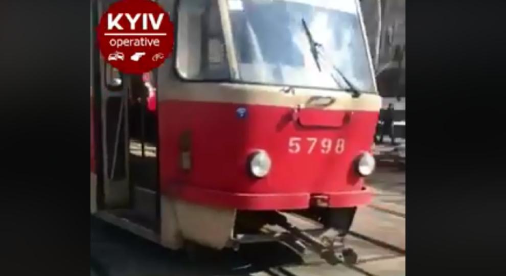 У Києві з рейок зійшов трамвай