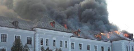 На Львовщине более 5 часов тушат пожар в здании бывшего коллегиума иезуитов
