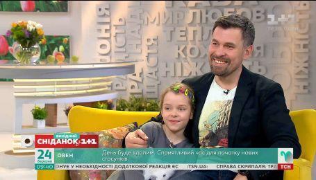 """Актер """"Сувенира из Одессы"""" Геннадий Попенко пришел в студию вместе с дочкой"""