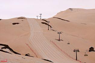 Марсианские пейзажи: в Грузии на курорте выпал красный снег