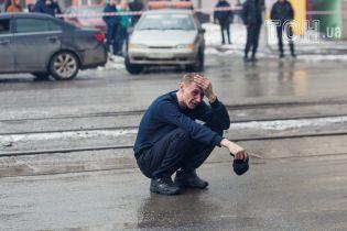 Розпач і збентеження. Reuters опублікував фото з місця пожежі в Кемерові