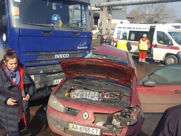 Смертельное ДТП в Киеве: легковушка влетела под припаркованный грузовик