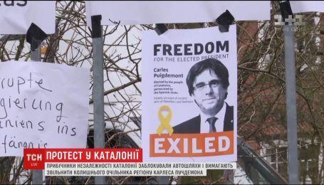 Сторонники независимости Каталонии заблокировали основные автодороги региона с требованием освободить Пучдемона