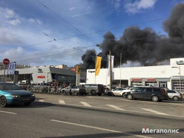 Із палаючого автосалону Hyundai уПетербурзі евакуювали 100 осіб
