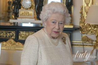 В элегантном платье и с новым оттенком помады: королева Елизавета II на приеме во дворце