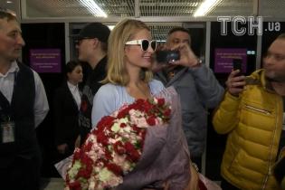 Величезний букет троянд та солодкі обійми фанатів. Як Львів зустрічав Періс Хілтон