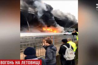 У Лондоні в аеропорту загорівся автобус: евакуювали 15 тисяч чоловік, 100 рейсів скасовано