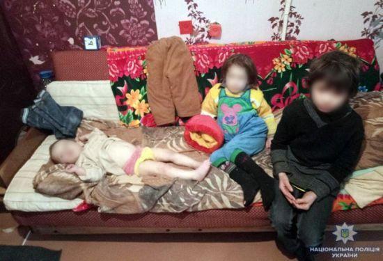 """У Маріуполі матір на три дні закрила своїх дітей у квартирі і """"пішла до магазину"""""""