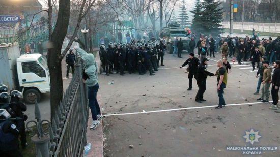 Внаслідок сутичок з уболівальниками у Маріуполі постраждали 9 поліцейських