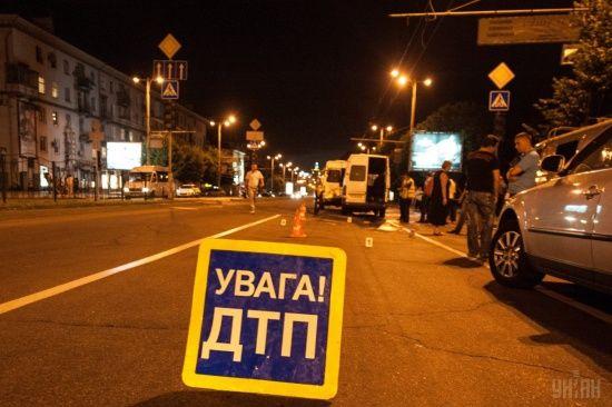 У Києві чоловік стрибнув з естакади і потрапив під автомобіль