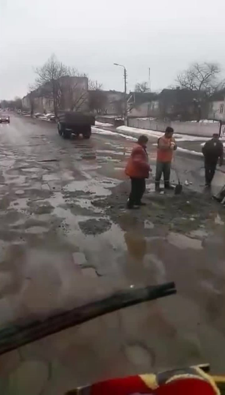 Новейшие технологии. На Киевщине дорожники ремонтируют дорогу в лужах