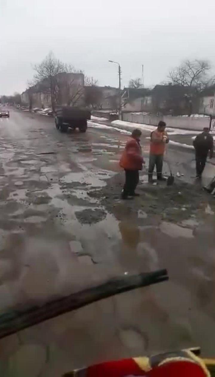 Новітні технології. На Київщині шляховики ремонтують дорогу в калюжах