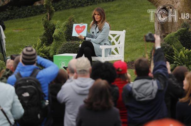Великдень у Білому домі: Дональд Трамп катав яйця на галявині, а його дружина читала казку дітям