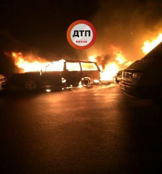 Під Києвом на території житлового комплексу згоріли автомобілі
