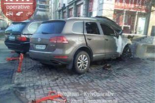 В Киеве ночью загорелся припаркованный автомобиль