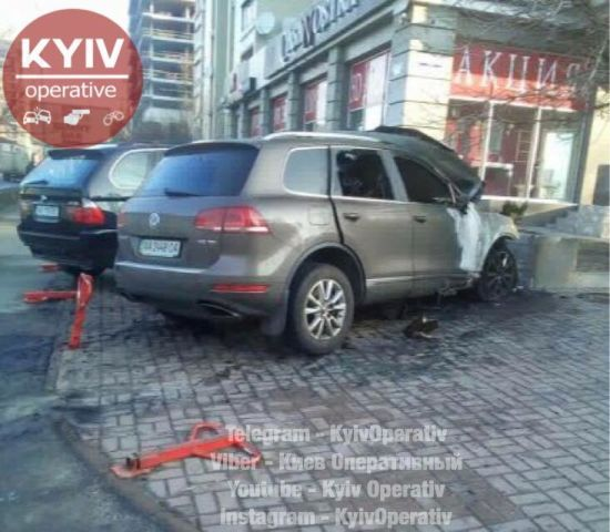 У Києві вночі загорівся припаркований автомобіль