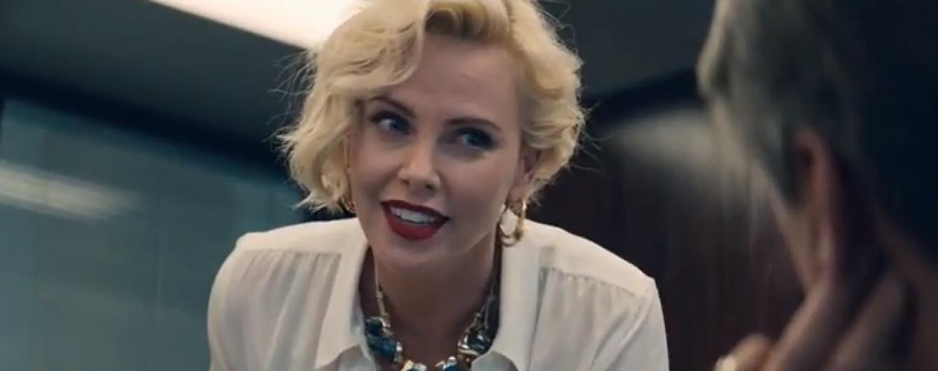 """Сексуальная Шарлиз Терон в образе строгой начальницы в комедийном боевике """"Опасный бизнес"""""""