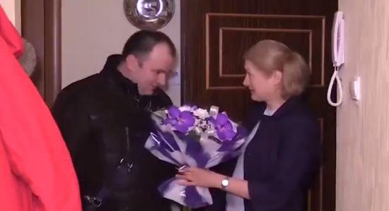 У Петербурзі чиновник привітав місцеву жительку з річницею теракту