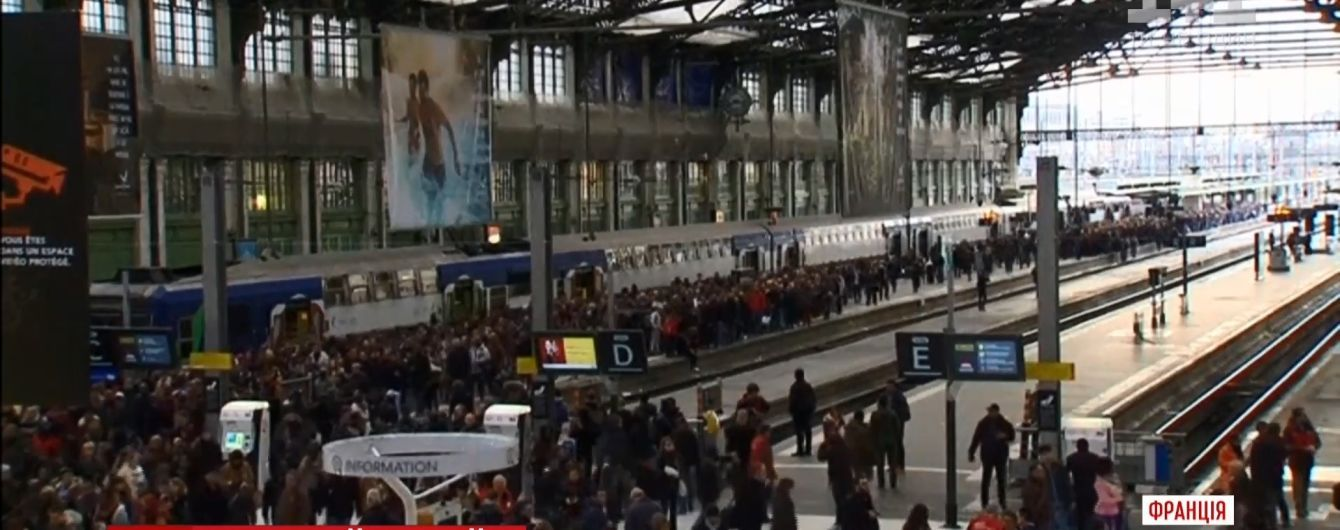 В Париже железнодорожники подрались с полицией из-за реформы Макрона