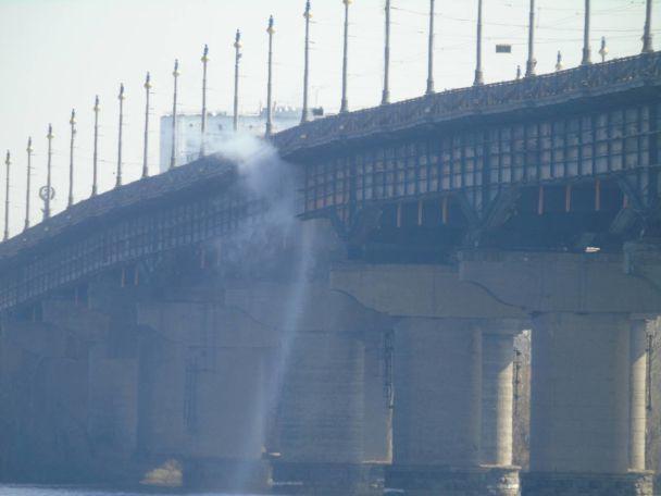 В Киеве частично перекрыли мост Патона из-за прорыва трубы