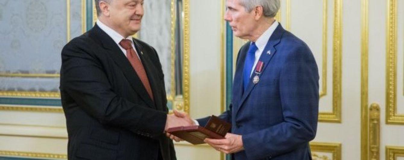 """Порошенко наградил американского сенатора орденом """"За заслуги"""""""