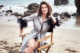В халате с перьями: эффектная Синди Кроуфорд позировала на пляже для нового фотосета