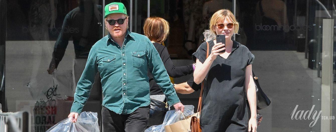 В мини-платье и туфлях Gucci: беременная Кирстен Данст сходила на шопинг