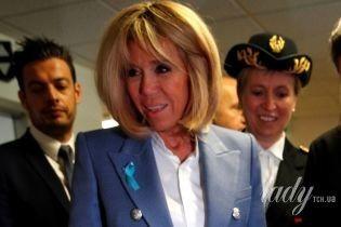 В пиджаке Balmain, изумрудах и бриллиантах: Брижит Макрон посетила больницу