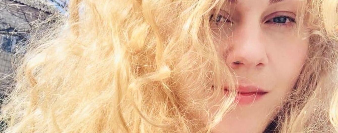 С новой прической и без макияжа: певица Alyosha наслаждается весенними прогулками