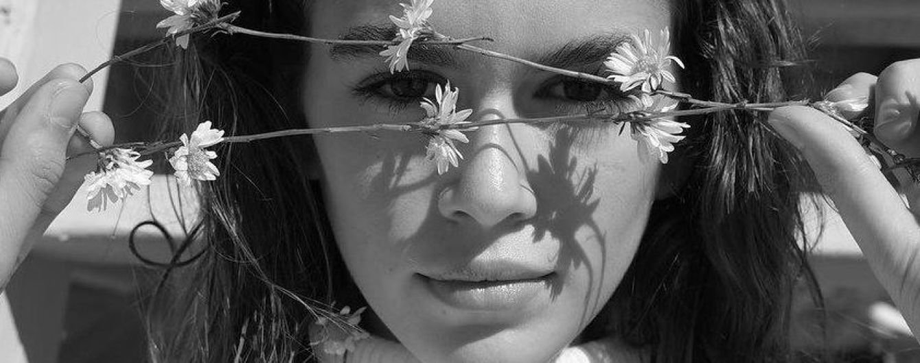 В трусах и белой водолазке: длинноногая Кайя Гербер в новой необычной съемке