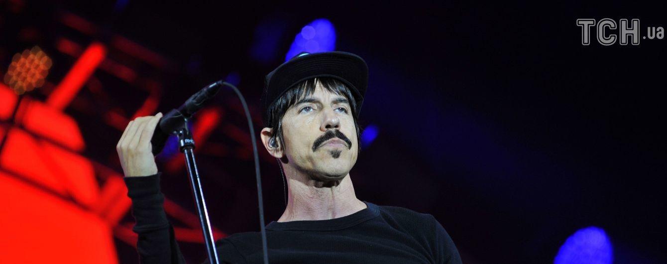 Фронтмен группы Red Hot Chili Peppers ведет ожесточенную борьбу с экс-подругой за сына