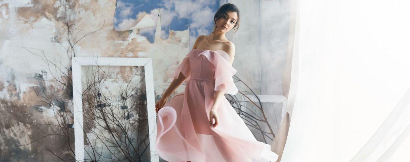 Воланы, банты и обнаженные плечи: нежная и романтичная коллекция платьев от Herstory