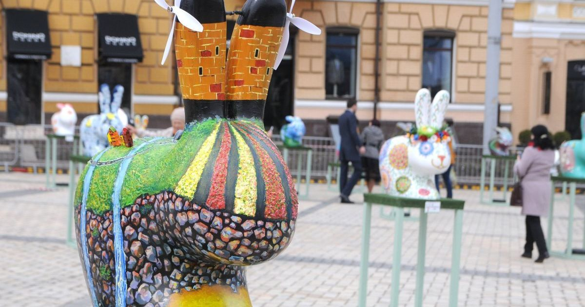 У Києві просто неба влаштували виставку великодніх зайців-писанок