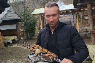 В спортивных штанах и с шашлыком: Олег Винник показал, как проводит отпуск в Карпатах