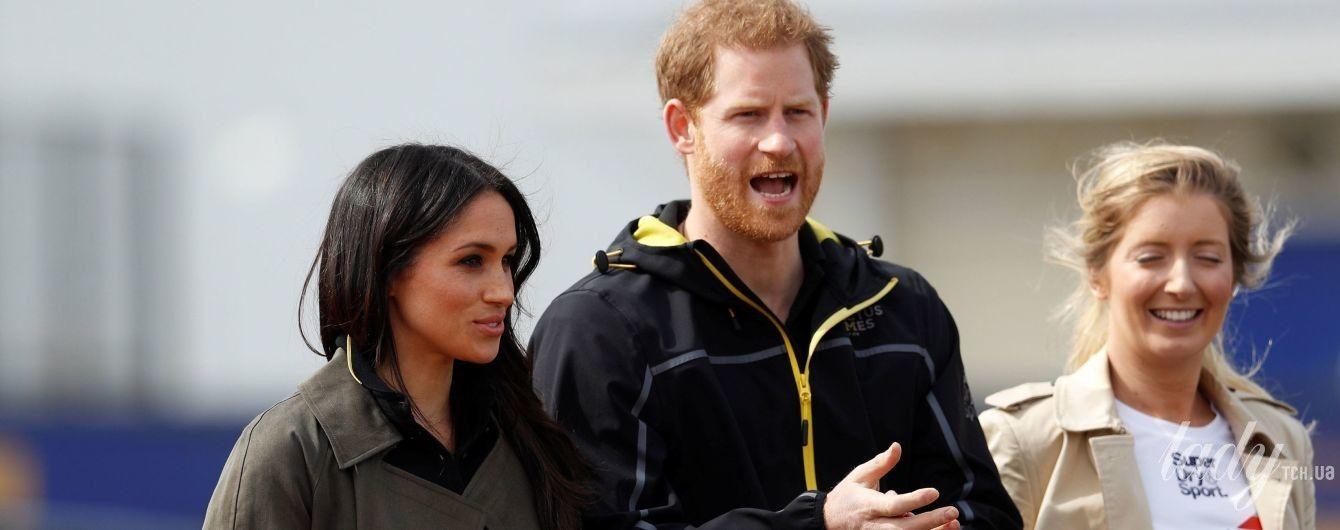 В неброском тренче и на каблуках: Меган Маркл вместе с принцем Гарри приехали на спортивное мероприятие