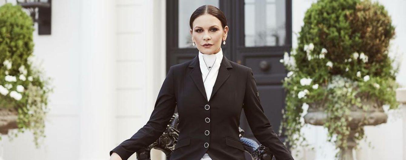 В белых брюках и кожаных сапогах: стильная Кэтрин Зета-Джонс в новой съемке