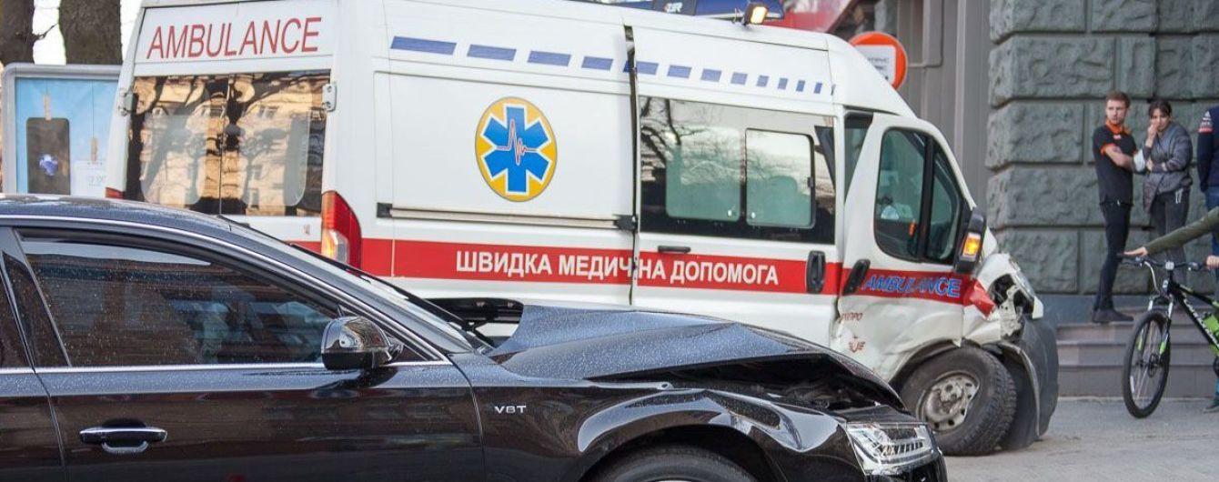 В центрі Дніпра Audi збила швидку, яка з сиреною їхала на екстрений виклик
