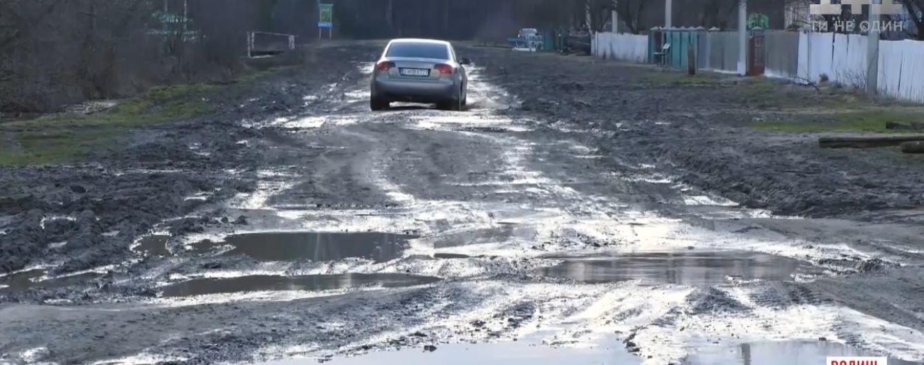 Жители Карпиловки вышли всем селом на протест, чтобы им отремонтировали дорогу в сплошных ямах и выбоинах