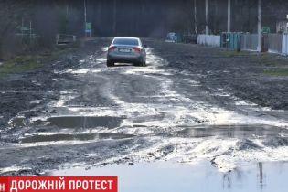 Жителі Карпилівки вийшли всім селом на протест, аби їм відремонтували дорогу в суцільних ямах і вибоїнах
