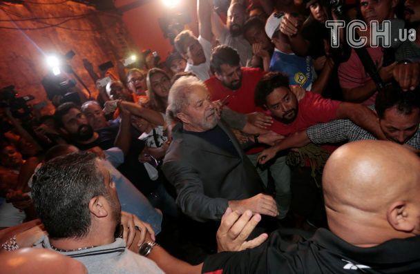 Экс-президент Бразилии покинул свое убежище и сдался полиции