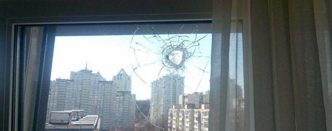 В Киеве пьяная компания устроила стрельбу по окнам жилых домов